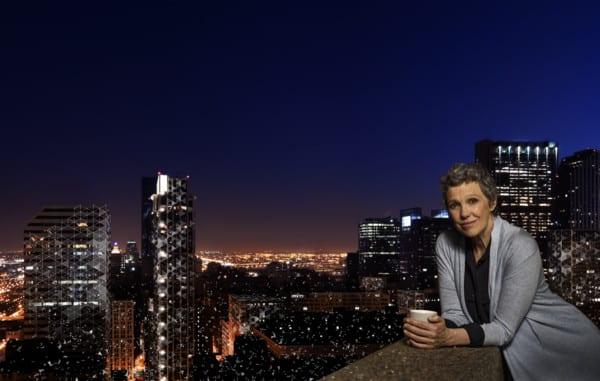 18.01-Widex-EVOKE-woman-on-balcony-in-big-city-environment-2