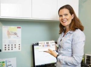Audiograf hos HØR, Heidi, tester hørselen til Bente.