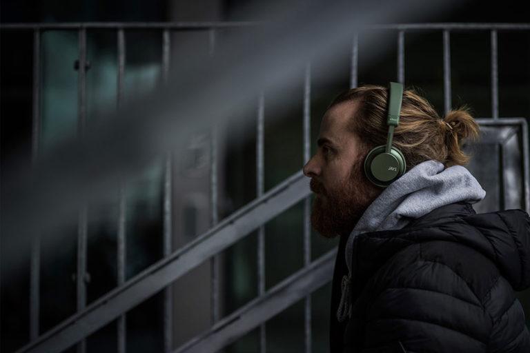 jays-a-seven-wireless-green-headphones-lifestyle_3