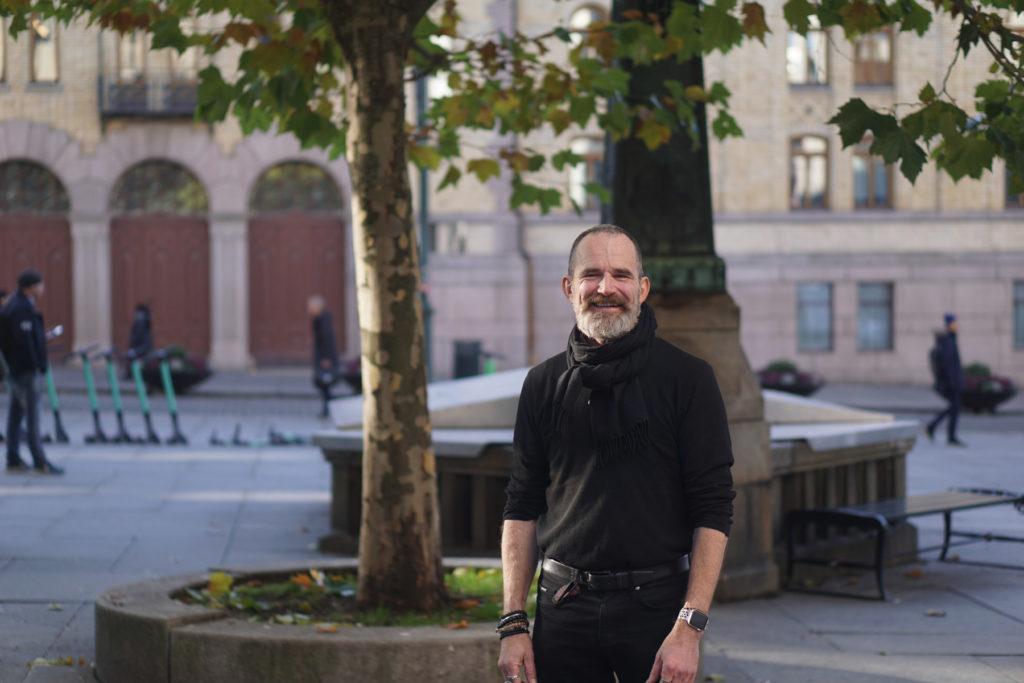 Håkon Rian Ueland i en park